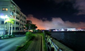 沖縄海岸沿いの夜景